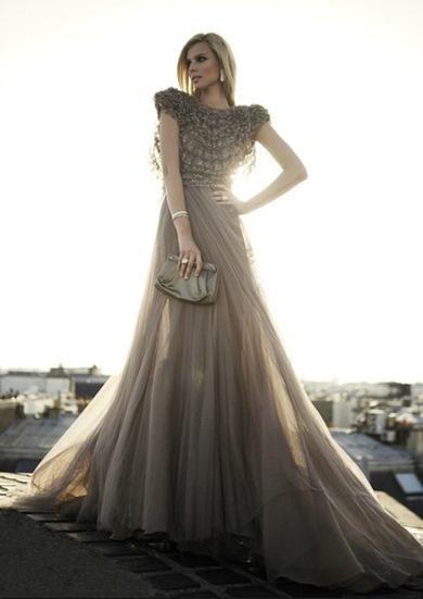На витрине магазинов одежды нередко встретишь платье с рукавом «летучая мышь», а также необычайно сексуальные закрытые вечерние платья из тонкого шерстяного