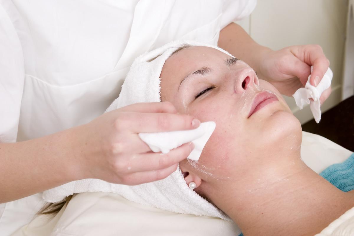 Обработка кожи во время чистки лица