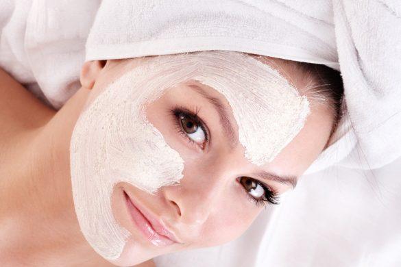 Нанесение маски против морщин