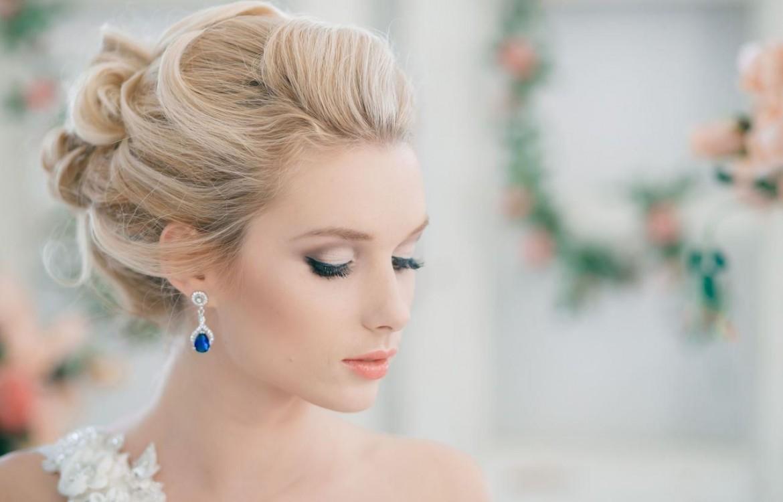 Стильная свадебная прическа на средние волосы