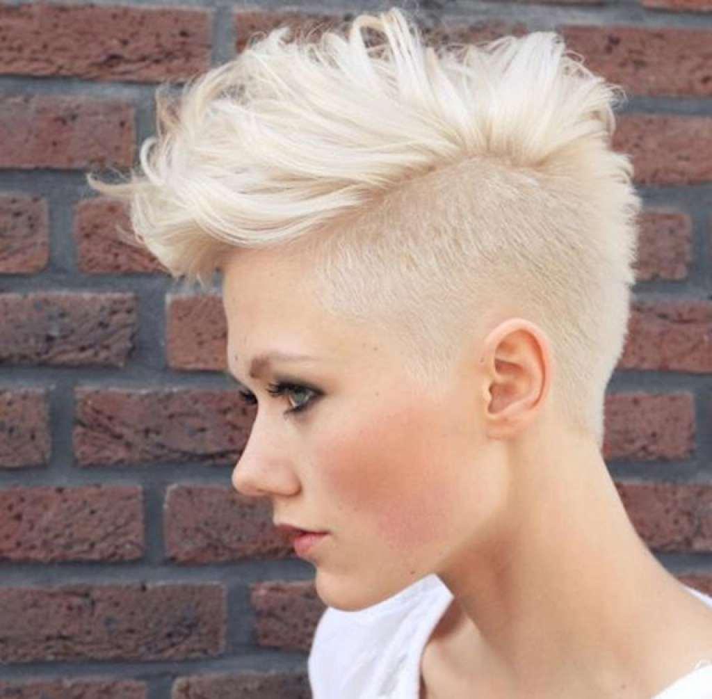 Женская прическа на короткие волосы с выбритыми висками