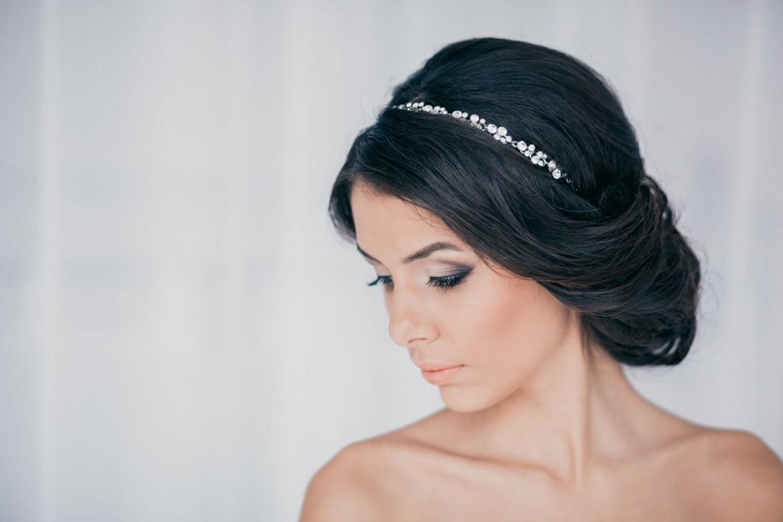 Прически с повязкой для волос в греческом стиле с челкой