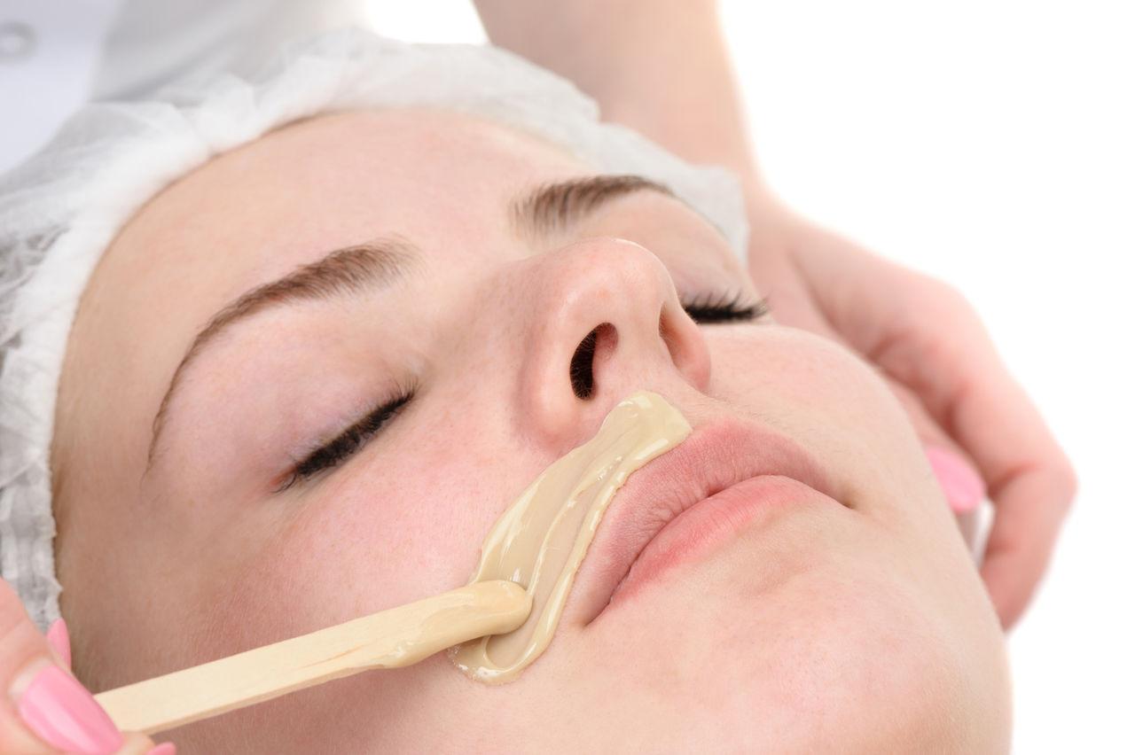Восковая эпиляция над верхней губой